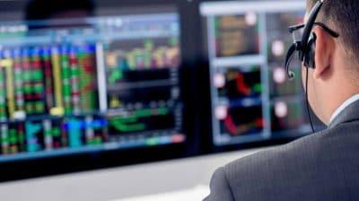 Un homme devant les marchés financiers